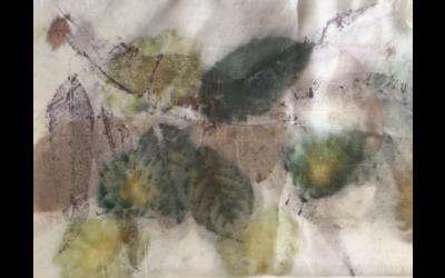 Impronte di foglie e fiori nella seta
